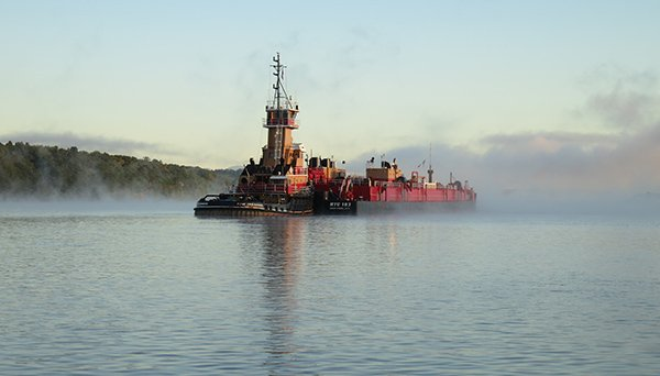 a-tug-and-barge-anchored-hudson-river-at-hyde-park-jlipscomb-091616-600-2